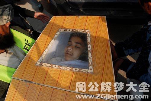 梦见儿子死了放进棺材