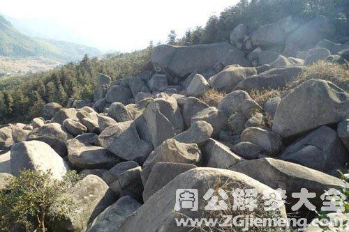 山頂往下滾石頭