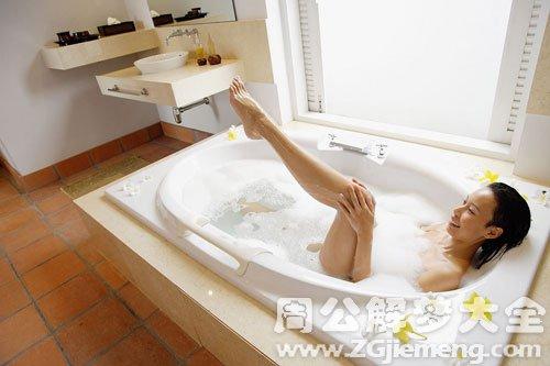梦见在浴室洗澡