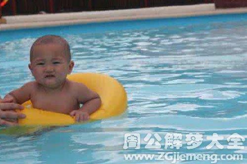 游泳池有满满的水