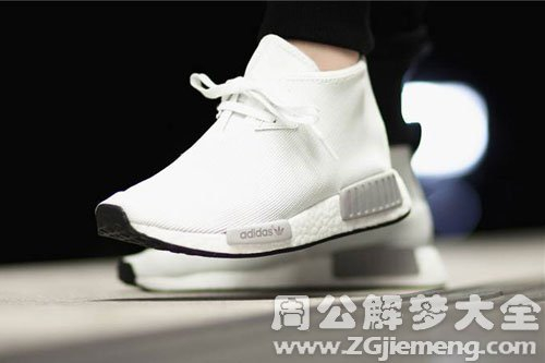 穿白色鞋子
